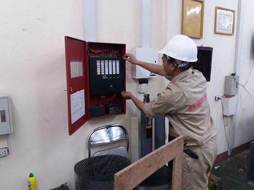 Kỹ thuật viên đang lắp đặt tủ trung tâm